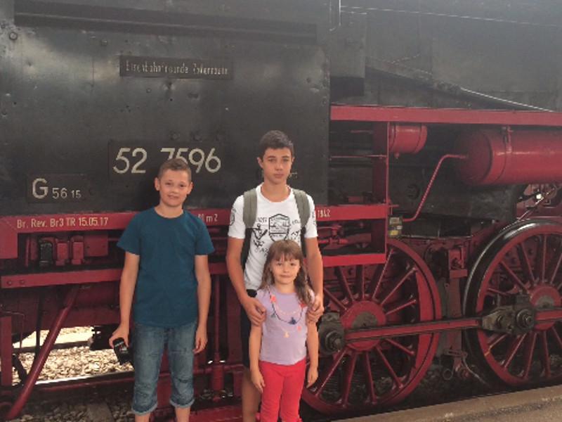 Cu fraţii şi surorile înainte de locomotiva cu abur